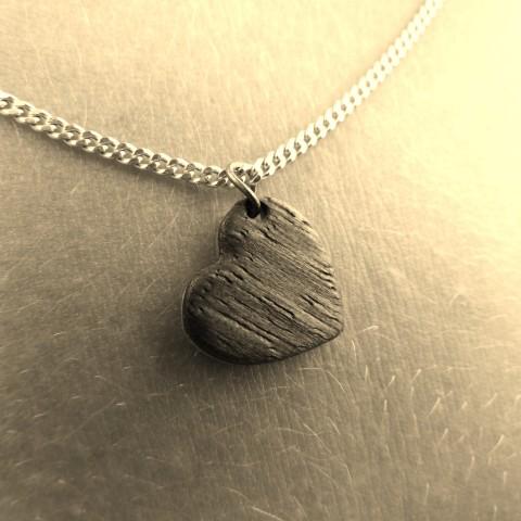 Schmuck in Herzform aus Nussbaum auf Metall