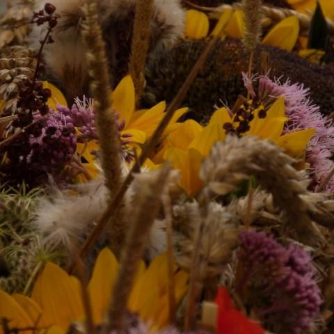 Blumendeko auf Holzbalken