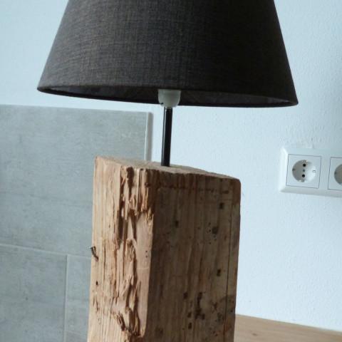 Stehlampe aus Altholz
