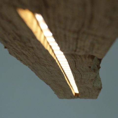 Esszimmerlampe aus einem alten Zaunpfahl. Unten eingefräste LED Beleuchtung, oben eingefräste Tasche für Netzteil.Abgehängt mit Stahlseilen.