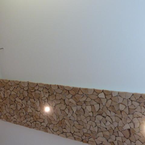 Abgehängte Decke mit Birkenspaltholz verkleidet und LED Spots