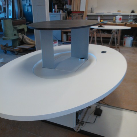 Tisch mit ausfahrbarem Mittelteil